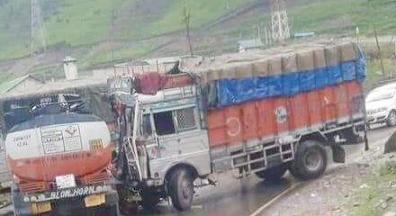 Five persons injured after LP truck rammed with a Oil tanker at Sonamarg