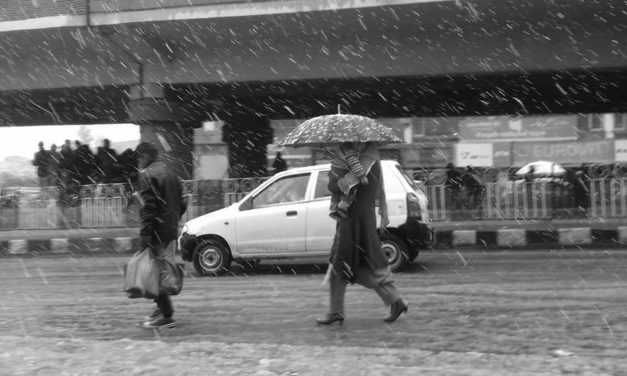 Snowfall leads to traffic chaos in Kashmir's capital city