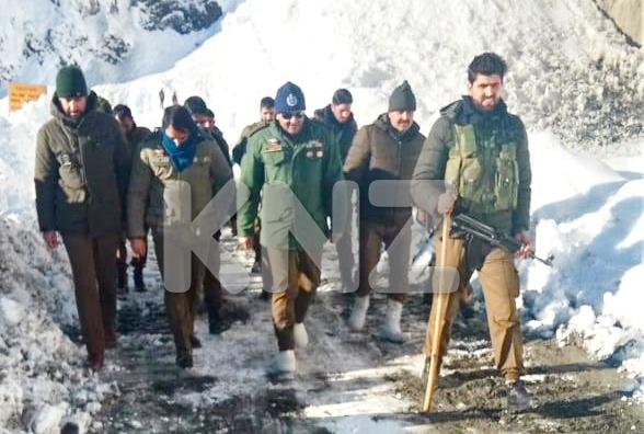 SSP Ganderbal Mr Khalil Poswal visits Zojila to inspect snow clearance
