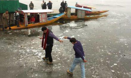 Frozen roads force Kashmiris to remain indoors on Sunday morning