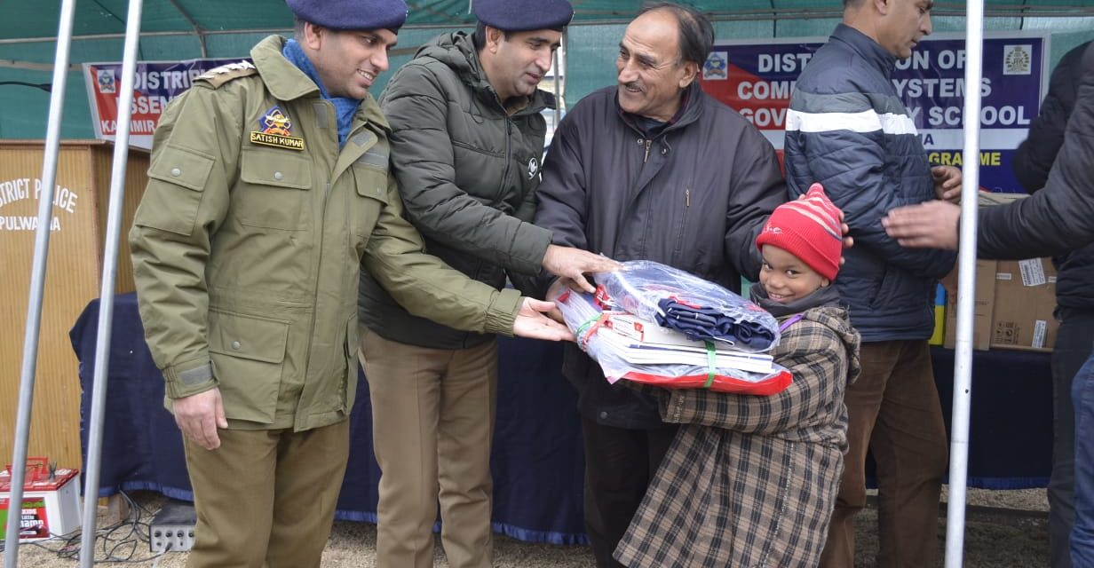 Pulwama police distributes items to Government School, needy persons of the area