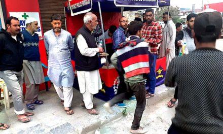 Police hosts Iftar to passer-bys in Srinagar