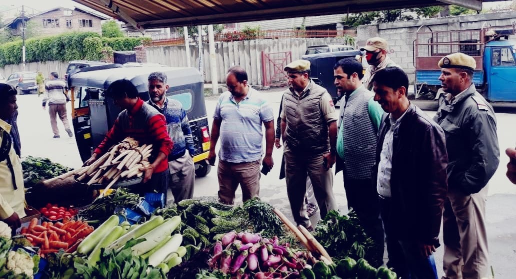 Srinagar police accompanied by executive magistrates & other departments conducts market checking