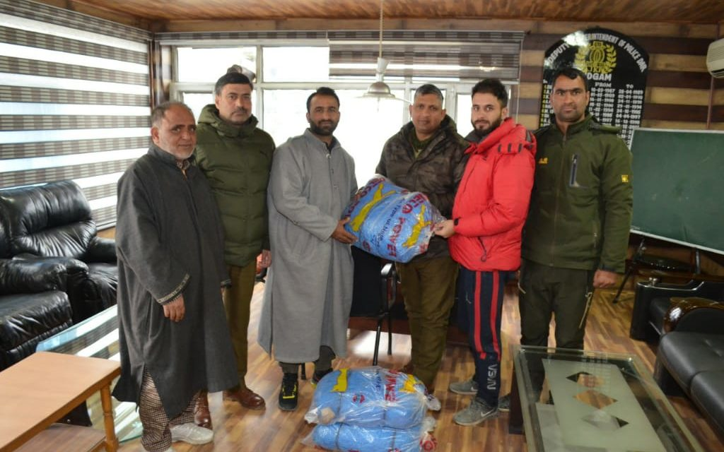 Budgam police distributes sports items among youth of Hyderpora