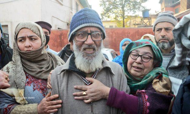 Lawaypora shootout:- Relatives of injured youth protest in Srinagar
